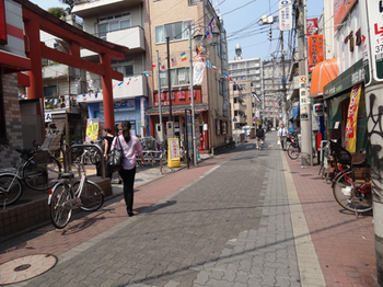 商店街(穴守稲荷が見える).png