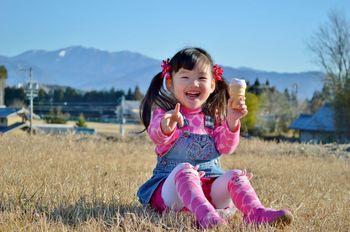 アイスを食べる少女