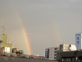 虹をつかむ男